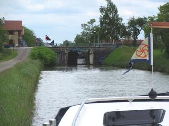 'En panne', with boat stuck inside