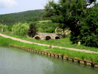 Old bridge over L'Ouche at Gissey