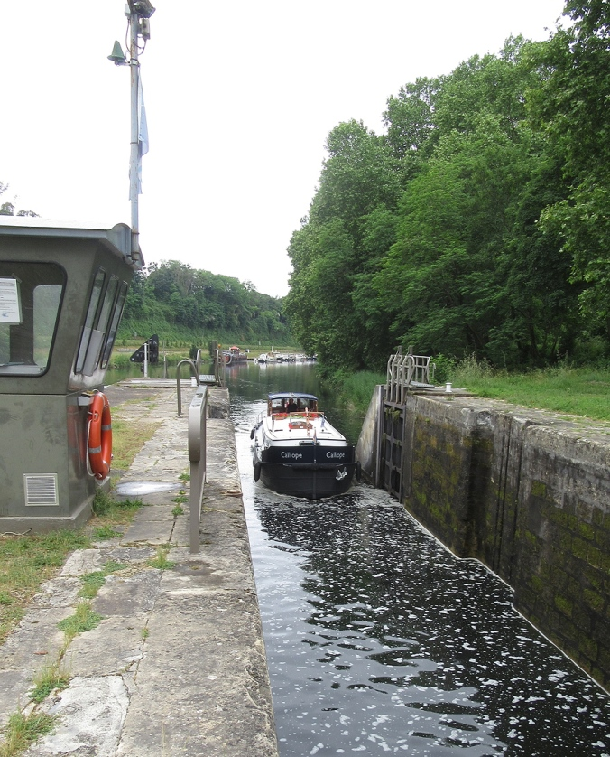Castets, entering lock