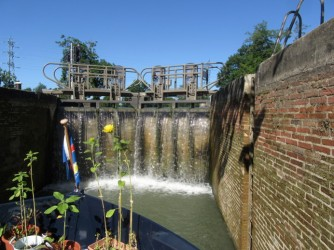 Montech canal, clean lock wall