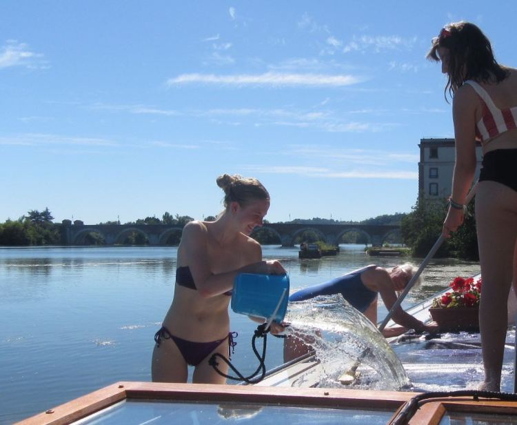 Kathryn, Eoise and Leslery washing the roof at Moissac
