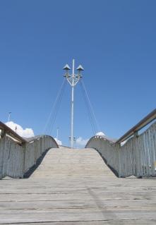 Passerelle over entrance to étang