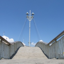 Passerelle over entrance to étang