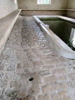 Internal smooth cobbles, and drainage hole