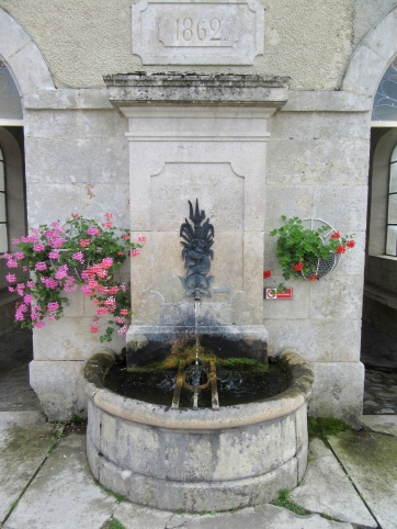 The drinking fountain, with grid for buckets